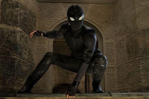"""Dieser Superheld sieht nicht wirklich aus wie Spider-Man und wird """"Night Monkey"""" getauft. Unter der Maske steckt aber ebenfalls Peter Parker (Tom Holland)."""
