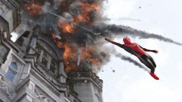 Spider-Man (Tom Holland) schwingt sich durch die Lüfte.
