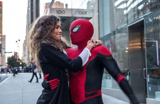 Spider-Man (Tom Holland) will seiner Freundin MJ (Zendaya) seine Liebe gestehen, traut sich aber nicht wirklich.