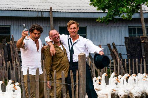 """Juri (Lenn Kudrjawizki) und Lew (Jevgenij Sitochin) geben in """"Traumfabrik"""" lustige Sidekicks an der Seite von Hauptfigur Emil (Dennis Mojen, von links)."""