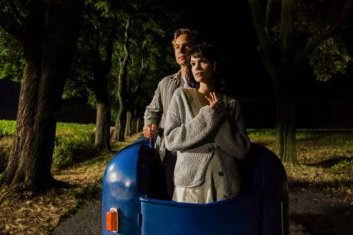 Als Emil (Dennis Mojen) auf die französische Tänzerin Milou (Emilia Schüle) trifft, ist es um ihn geschehen.
