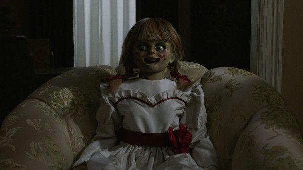 Annabelle hat ihr Glasgefängnis verlassen und sorgt im Haus der Warrens für gesteigerte Panik.