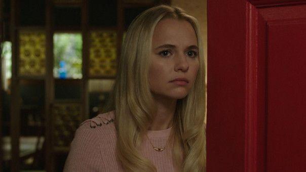 Babysitterin Mary Ellen (Madison Iseman) schaut an der Haustür nach dem Rechten.