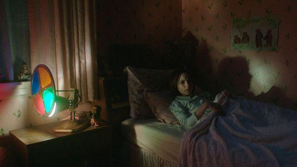 Ist Judy (Mckenna Grace) wirklich allein in ihrem Zimmer?