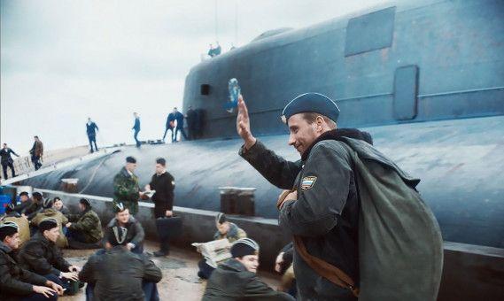 """Auf dem Weg zu seiner letzten Fahrt: Mikhail (Matthias Schoenarts) geht optimistisch an Bord der """"Kursk"""". Immerhin ist das U-Boot das beste, was die stolze russische Flotte zu bieten hat."""