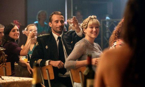 """Mit seiner Frau Tanya (Léa Seydoux) feiert Mikhail (Matthias Schoenarts) kurz vor dem Auslaufen der """"Kursk"""" die Hochzeit eines Kameraden."""