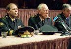 Die russische Führung schottet sich ab: Admiral Petrenko (Max von Sydow, Mitte) gibt kaum Informationen preis und will auf keinen Fall ausländische Mächte an sein Atom-U-Boot lassen.