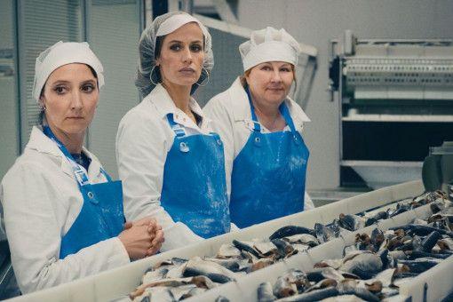 Die flippige Marilyn (Audrey Lamy), die arrogante Sandra (Cecile de France) und die bald an der Schrotflinte glänzende Nadine (Yolande Moreau, von links) schuften am Fließband der Fischfabrik.