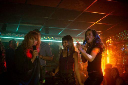 Nadine (Yolande Moreau), Marilyn (Audrey Lamy) und Sandra (Cécile de France, von links) berauschen sich beim Karaoke an ihrem Geldfund - und am vertuschten Tod ihres Chefs.