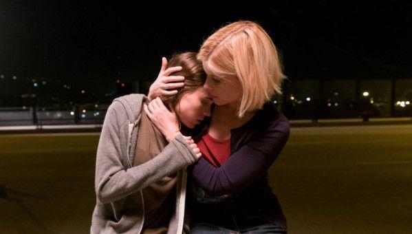 Lucy (Ellen Page, links) gesteht Mercy (Kate Mara), dass ihr Vater auf seine Hinrichtung wegen Mordes an ihrer Mutter wartet.