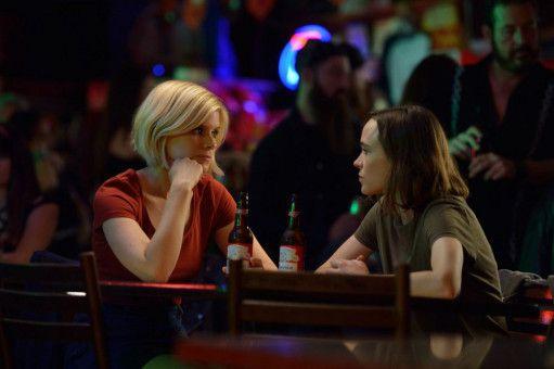 Mercy (Kate Mara, links) und Lucy (Ellen Page) könnten unterschiedlicher kaum sein; dennoch stürzen sie sich in eine Affäre.