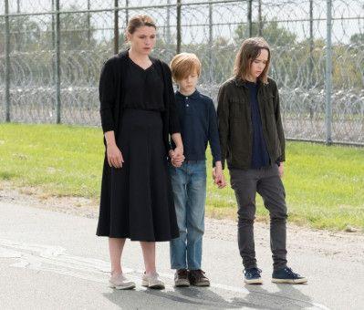 Zusammen mit ihrer Familie besucht Lucy (Ellen Page, rechts) ihren Vater im Gefängnis.