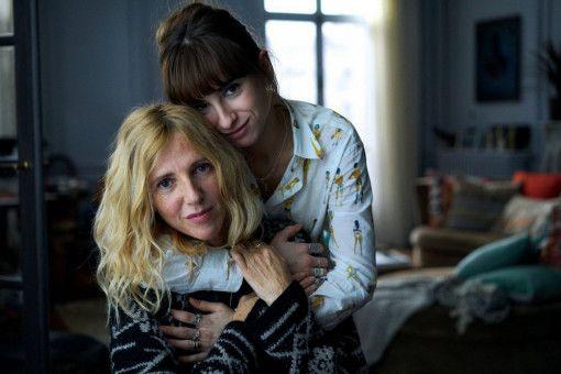 Héloise (Sandrine Kiberlain, vorn) und Jade (Thaïs Alessandrin) hängen sehr aneinander.