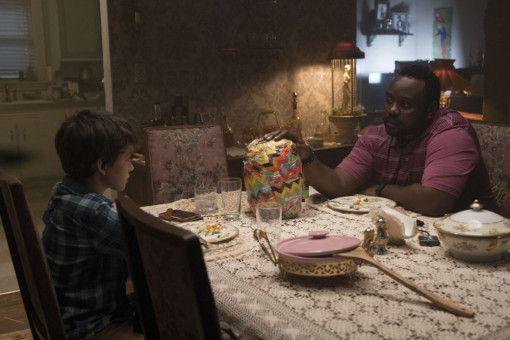 Detective Mike Norris (Brian Tyree Henry, rechts) befragt den 13-Jährigen Andy (Gabriel Bateman).