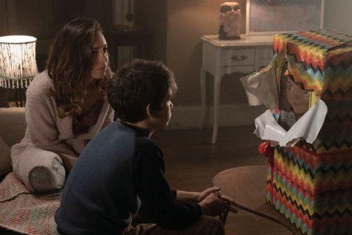 Karen (Aubrey Plaza) schenkt ihrem Sohn Andy (Gabriel Bateman) eine Puppe zum Geburtstag. Hätte sie das mal lieber nicht gemacht ...