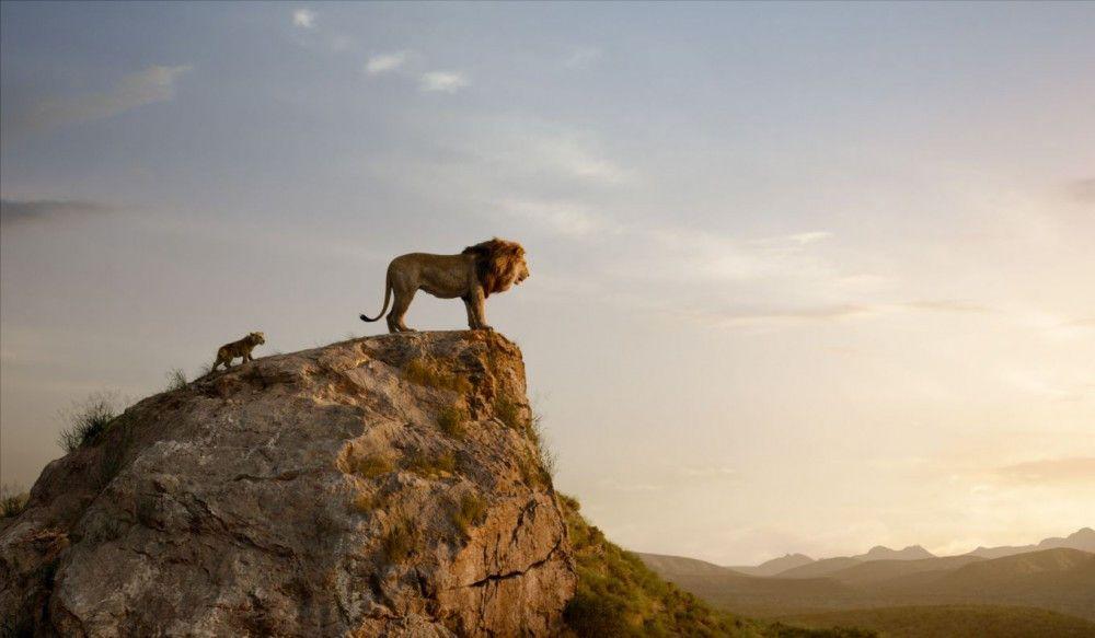 König Mufasa zeigt seinem Sohn Simba sein Königreich.