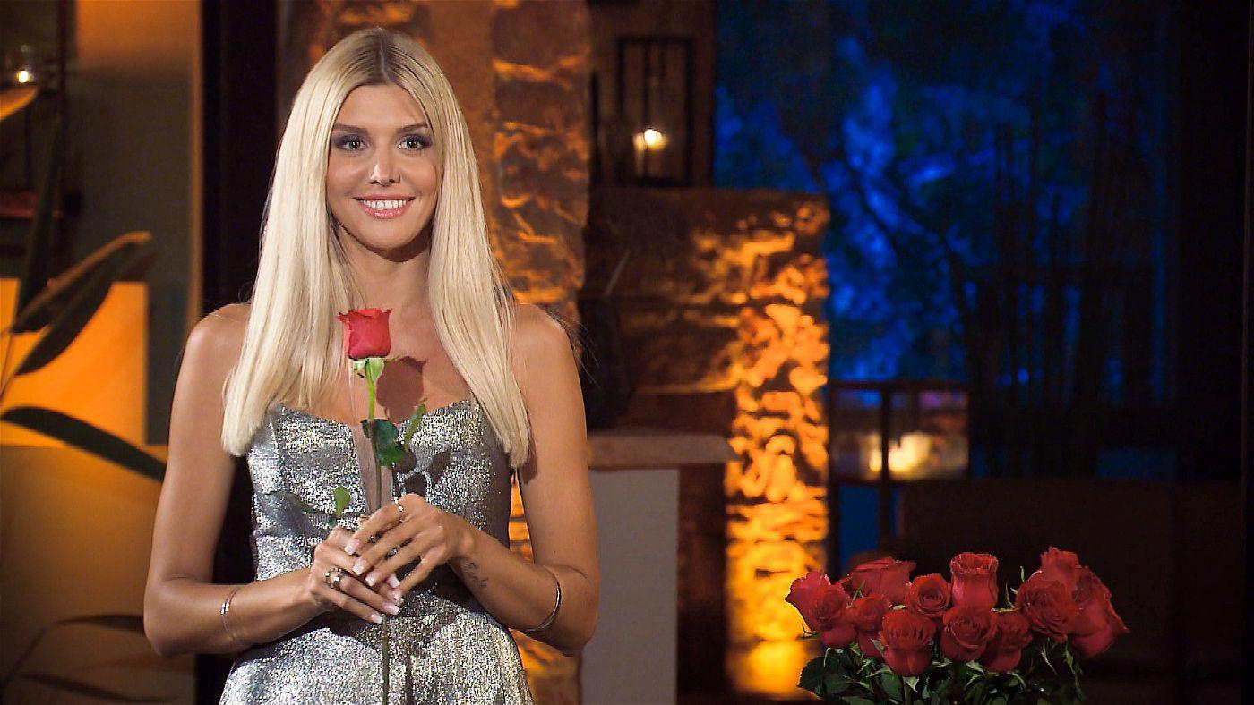 """Viel zu tun für Gerda Lewis in der ersten Folge der neuen """"Die Bachelorette""""-Staffel: Kaum hat sie die 20 Kandidaten kennengelernt, muss sie auch schon ihre ersten Rosen verteilen."""