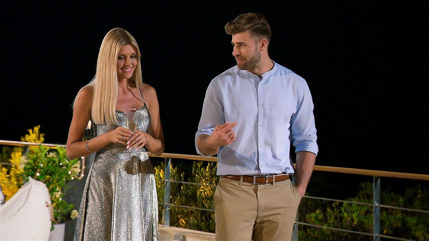 Bei der Kennenlernparty werden erste Gespräche geführt. Gerda unterhält sich mit Marco.