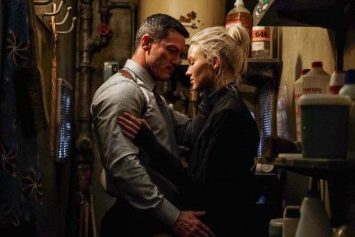 Erschöpft gibt sich Anna (Sasha Luss) ihrem KGB-Kollegen Alex (Luke Evans) hin.