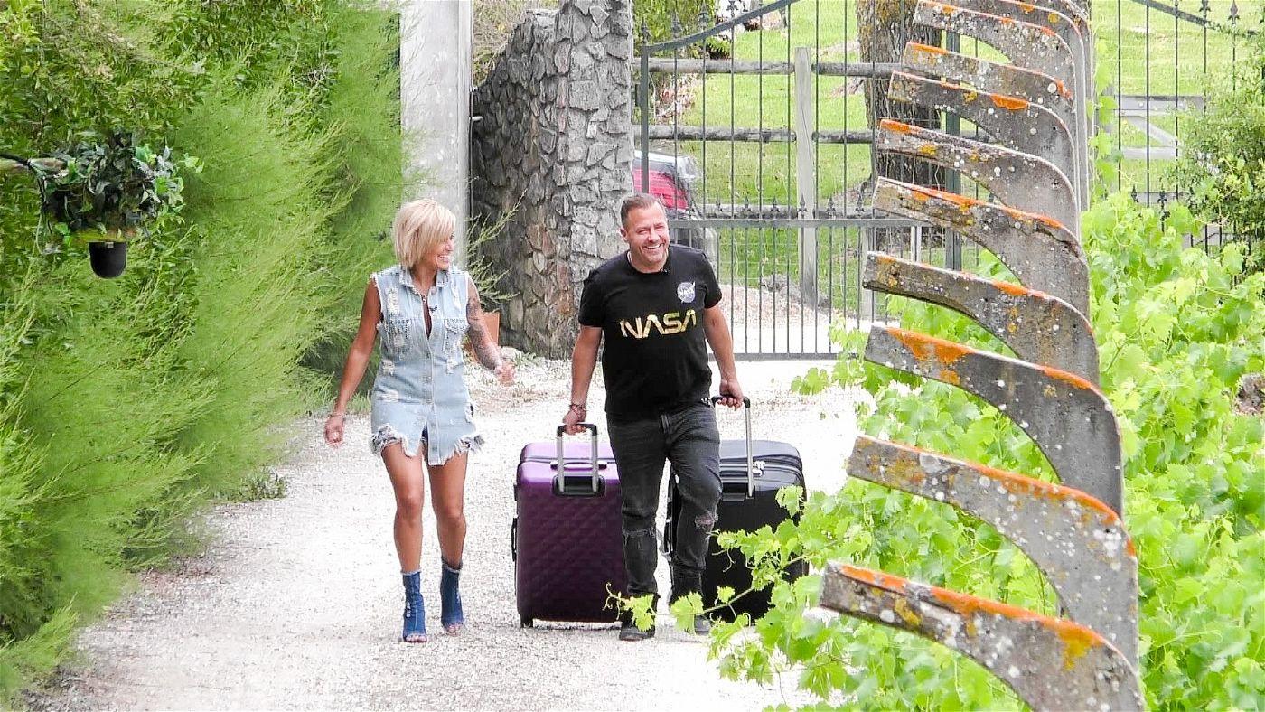 """Es geht los: Die Promi-Paare beziehen ihr Urlaubsquartier im """"Sommerhaus der Stars"""". Hier machen sich Will und Jasmin Herren auf den Weg ins Ferienhäuschen."""