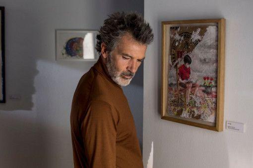 Salvador Mallo (Antonio Banderas) leidet unter Kopf- und Rückenschmerzen, die seine Kreativität bremsen.