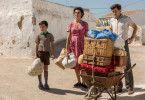 Der kleine Salvador Mallo (Asier Flores), Mutter Jacinta (Penélope Cruz) und sein Vater (Raúl Arévalo) ziehen in eine Höhlenwohnung um.
