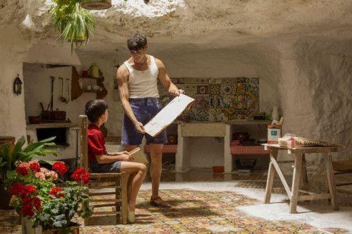 Eduardo (César Vicente, rechts) zeigt dem jungen Salvador Mallo (Asier Flores) sein Portrait.