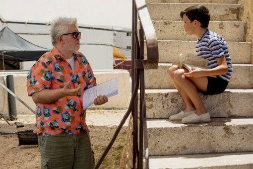 Regisseur Pedro Almodóvar gibt dem jungen Salvador Mallo (Asier Flores) Regieanweisungen.