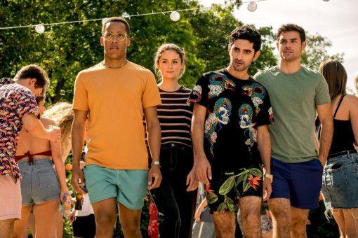 Yannick (Jerry Hoffmann), Hannah (Lea van Acken), Musti (Reza Brojerdi) und Tom (Lucas Reiber, von links) sind zwar nicht eingeladen, tauchen aber dennoch bei einer Beach-Party auf.