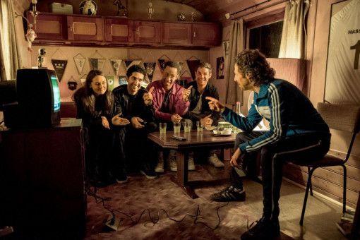Hannah (Lea van Acken), Musti (Reza Brojerdi), Yannick (Jerry Hoffmann) und Tom (Lucas Reiber) müssen den Hausmeister (Oliver Korittke, von links) überzeugen, ihnen bei der Umsetzung der Party zu helfen.
