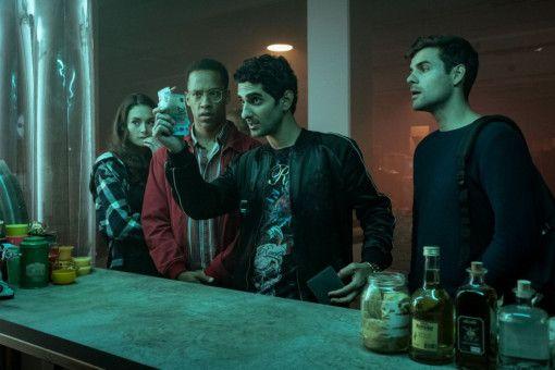 Hannah (Lea van Acken), Yannick (Jerry Hoffmann), Musti (Reza Brojerdi) und Tom (Lucas Reiber, von links) wollen sich in Polen mit Alkohol eindecken.
