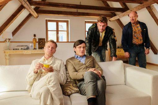 Eberhofer (Sebastian Bezzel, zweiter von rechts) und Rudi (Simon Schwarz, rechts) statten dem verdächtigen Pärchen Raphael Schäfer (Robert Stadlober, links) und Conny Ziegler (Manuel Rubey) einen Besuch ab.
