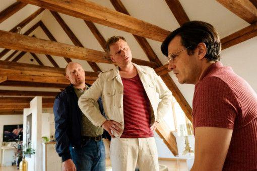 Rudi Birkenberger (Simon Schwarz, links) und Raphael Schäfer (Robert Stadlober) sind gespannt, was Conny Ziegler (Manuel Rubey, rechts) zum Mordfall zu sagen hat.