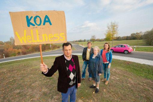 Leopold Eberhofer (Gerhard Wittmann, links) demonstriert gegen das geplante Wellness-Hotel. Sein Bruder Franz (Sebastian Bezzel) kommt zufällig mit Susi (Lisa Maria Potthoff, rechts) und Oma Eberhofer (Enzi Fuchs) vorbei.