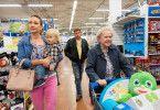 Familienausflug in Omas (Enzi Fuchs, rechts) Lieblings-Supermarkt, und immerhin die Oma hat Spaß. Mit dabei: Franz (Sebastian Bezzel, zweiter von rechts), Susi (Lisa Maria Potthoff) und der gemeinsame Sohn Paul (Luis Sosnowski).