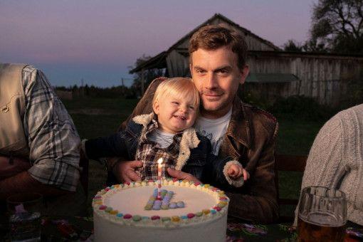 Franz Eberhofer (Sebastian Bezzel) ist stolzer Papa seines nun einjährigen Sohnes Paul (Luis Sosnowski). Bei den Ermittlungen hat er den Knaben meistens mit dabei.