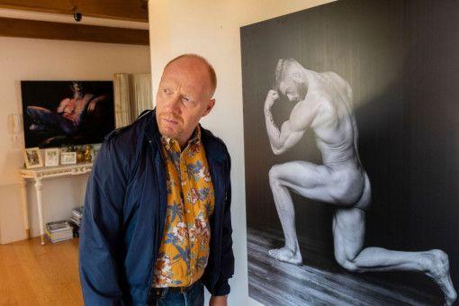 Rudi Birkenberger (Simon Schwarz) schaut sich in der Wohnung des schwulen Pärchens Schäfer & Ziegler um.