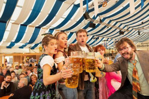 Biertrinken verbindet: Franz (Sebastian Bezzel) und Susi (Lisa Maria Potthoff, zweite von links) vertragen sich wieder gut. Flötzinger (Daniel Christensen, rechts) und Jessie (Eli Wasserscheid) sind mit dabei beim ausgelassenen Volksfestbesuch.