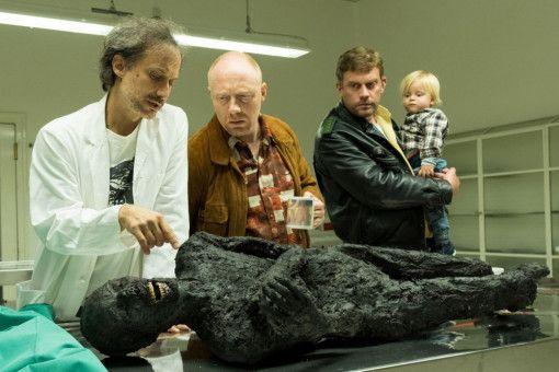 Der Pathologe Günter (Michael Ostrowski, links) klärt Rudi (Simon Schwarz, zweiter von links) und Franz (Sebastian Bezzel) auf. Es gibt erste Erkenntnisse zur Brandleiche.