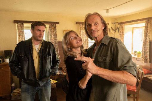 Papa Eberhofer (Eisi Gulp, rechts) flirtet ausgiebig mit Frau Grimm (Anica Dobra). Sein Sohn Franz (Sebastian Bezzel) wundert sich über die Ausgelassenheit seines sonst eher gelassenen Vaters.