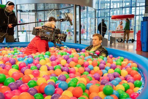 Momente, die ein Schauspieler genießt: Sebastian Bezzel durfte für den neuen Eberhofer-Krimi ins Bällebad.