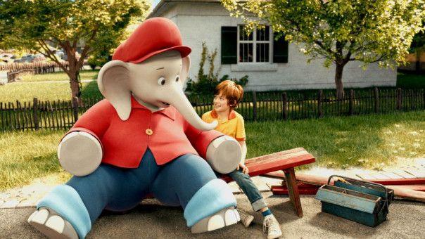 Benjamin und Otto (Manuel Santos Gelke) wollen helfen, den Zoo zu modernisieren. So manche Bank ist noch nicht Elefanten-tauglich ...