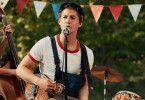 """Wärter Karl (Tim Oliver Schultz) bringt Nostalgie in den Film: Er singt den allerersten Intro-Song der """"Benjamin Blümchen""""-Hörspielreihe."""