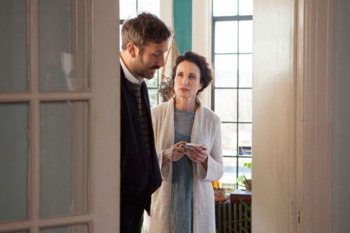 Nicholas (Chris O'Dowd) kann sich nach dem Tod seines Vaters kaum von seiner Mutter Suzanne (Andie MacDowell) lösen.