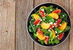 Bunter Teller: Grüne Salate sind vielseitig verwendbar und auch offen für fruchtige Verbindungen wie hier mit Feige und Pfirsich.