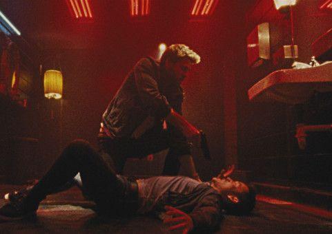 Mit äußerster Brutalität wehrt sich Moe (Liam Hemsworth) gegen zwei korrupte Polizisten.