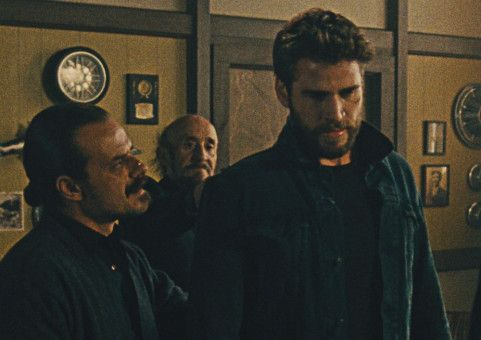 Moe (Liam Hemsworth, rechts) hat sich mit den Falschen eingelassen.