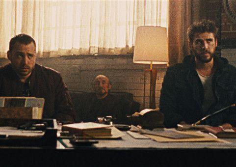 Skunk (Emory Cohen, links) und Moe (Liam Hemsworth, rechts) sollen für einen New Yorker Mafiaboss eine große Summe Geld waschen.