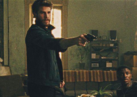 Moe (Liam Hemsworth, links) will von nigerianischen Dealern Antworten - und sein Geld.