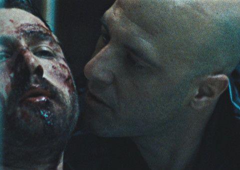 Skunk (Emory Cohen, links) wurde von dem korrupten Polizisten Leon Duffo (Nickola Shreli) brutal zusammengeschlagen.